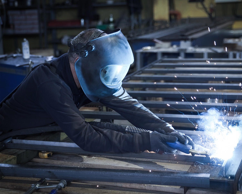 Mitarbeiter der Firma Fischer Metallverarbeitung bei Schweißarbeiten an einer Kabelbahn